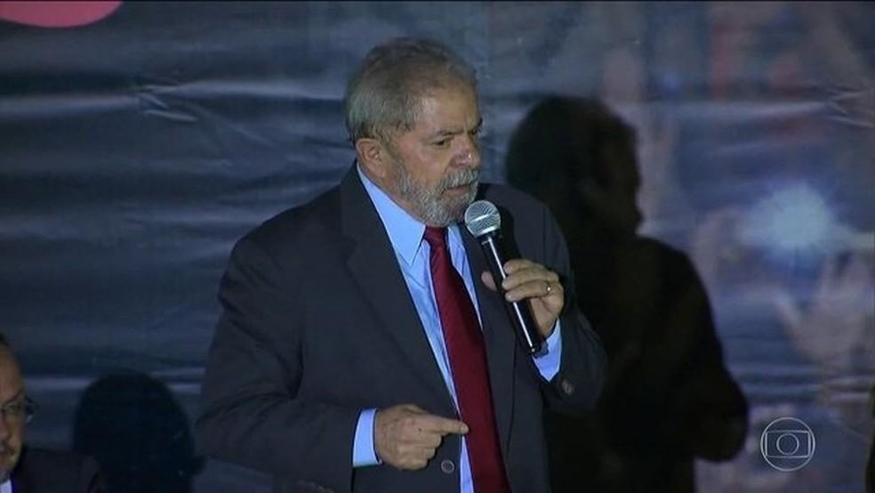 Defesa pediu para que Lula seja solto, com base em determinação do ministro Marco Aurélio Melo — Foto: Reprodução/JN