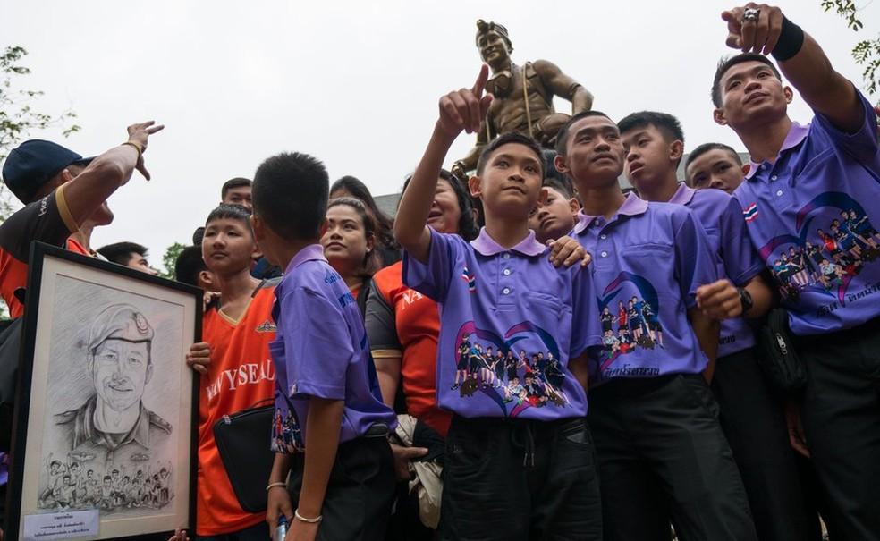 Os meninos resgatados visitaram o memorial dedicado a Saman Gunan neste mês — Foto: BBC