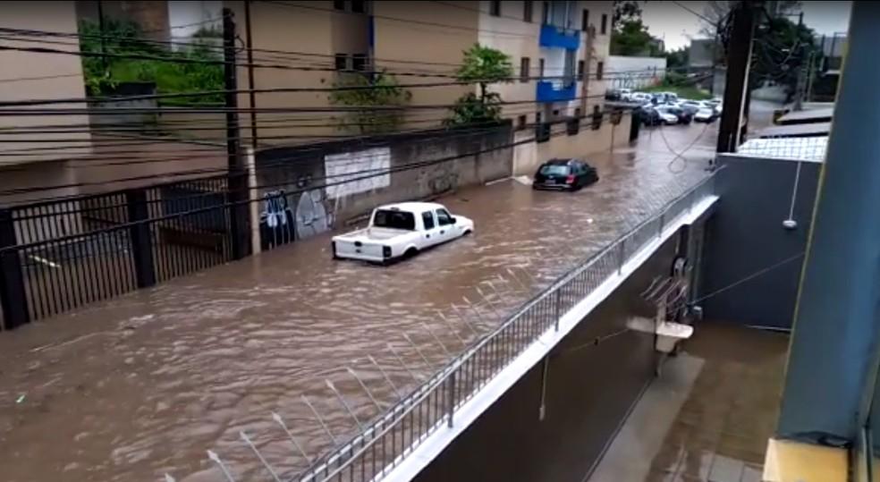 Alagamento na Rua Pedro Setti, no centro da cidade de São Bernardo do Campo, região metropolitana de São Paulo, nesta terça (30) — Foto: Arquivo pessoal
