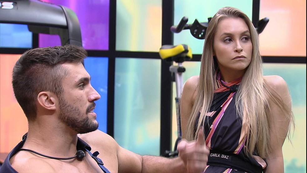 Na academia do BBB21, Carla Diaz pergunta para Arthur: 'Se você pega o Anjo hoje, você dá para quem?' — Foto: Globo