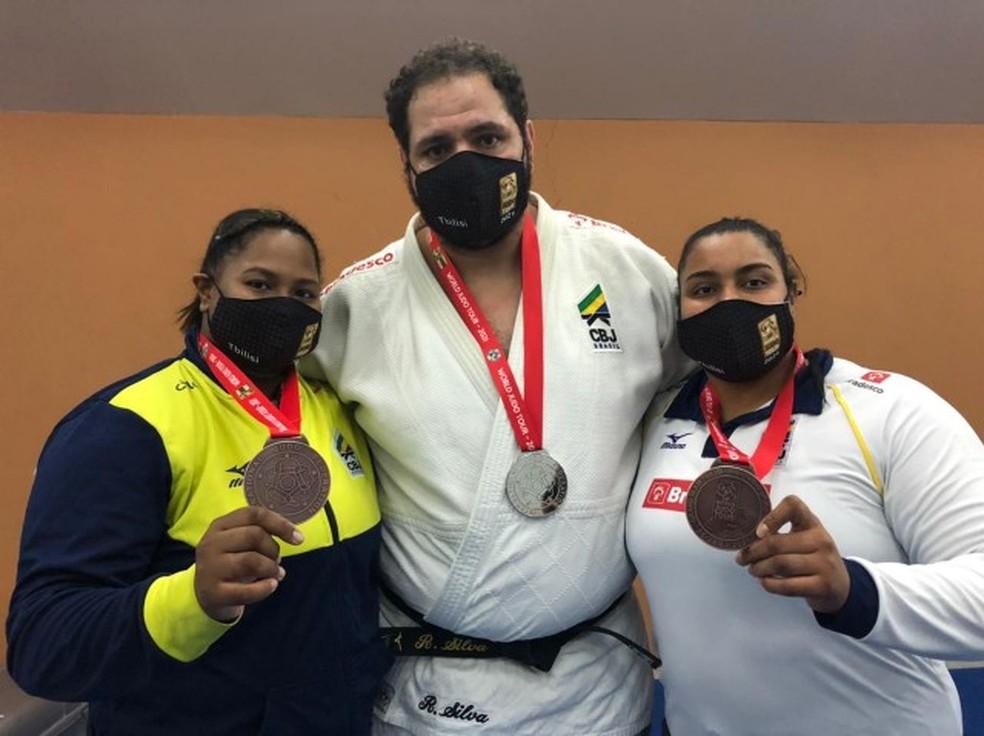 Beatriz Souza, Rafael Silva e Maria Suelen Altheman com as medalhas do Grand Slam de judô da Geórgia — Foto: CBJ