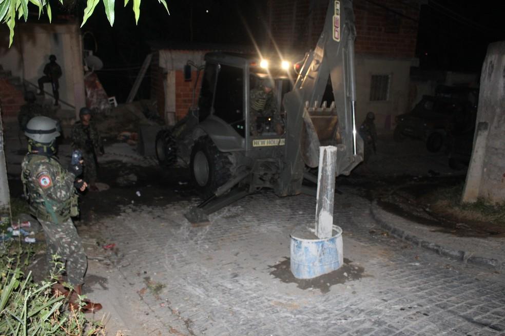 Militares retiram barricadas em comunidade na Praça Seca (Foto: Reprodução / TV Globo)