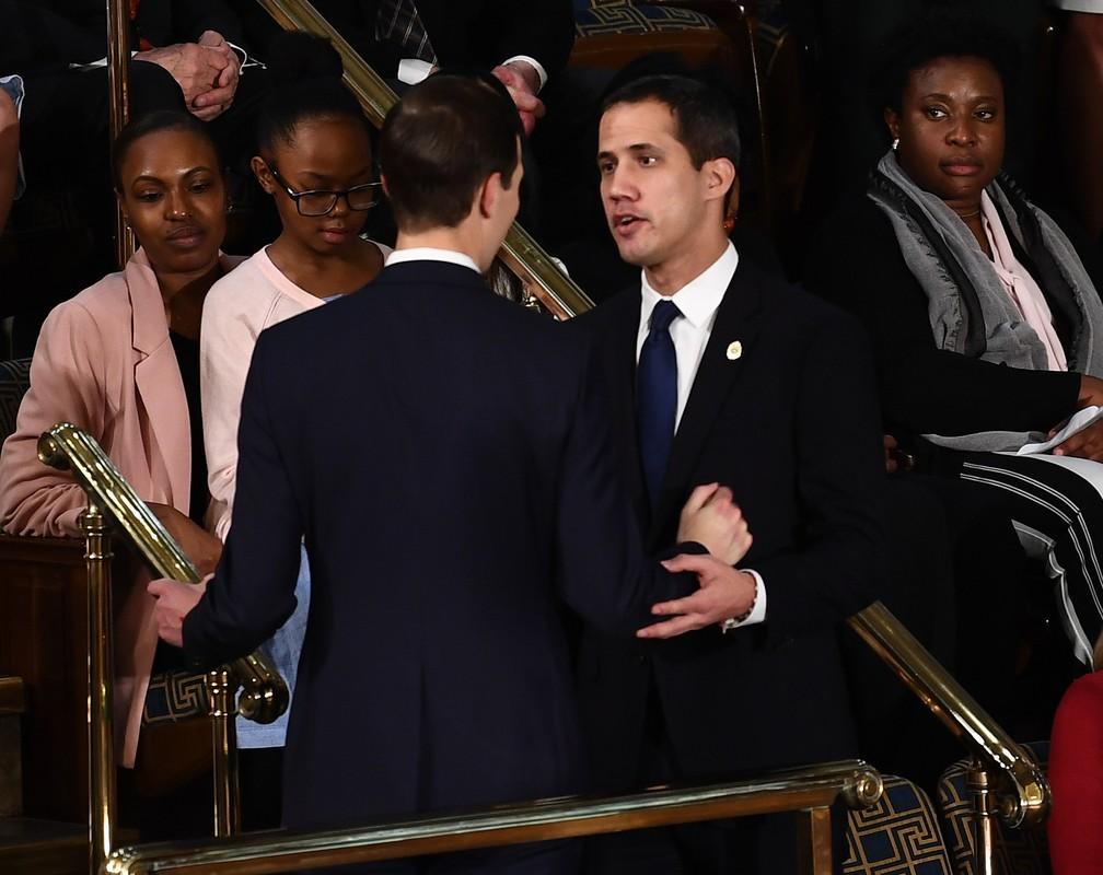 Juan Guaidó, autoproclamado presidente da Venezuela, cumprimenta o conselheiro Jared Kushner ao chegar à Câmara dos EUA para ouvir discurso de Donald Trump nesta terça-feira (4) — Foto: Brendan Smialowski/AFP