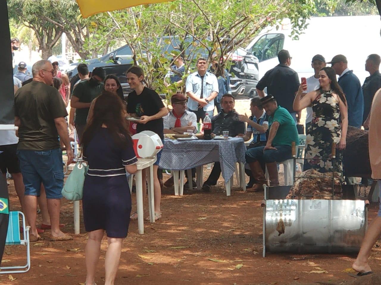 Sem máscara, Bolsonaro vai a churrasco com aglomeração em Brasília
