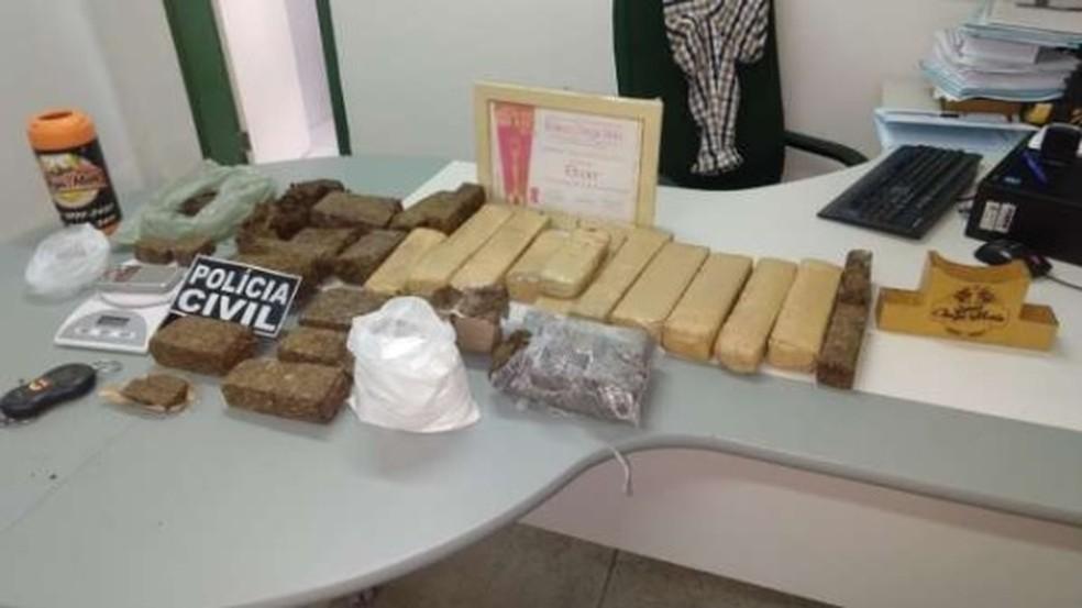Homem foi preso com maconha, coacaína e material para preparar a droga para venda (Foto: SSPDS/Divulgação)