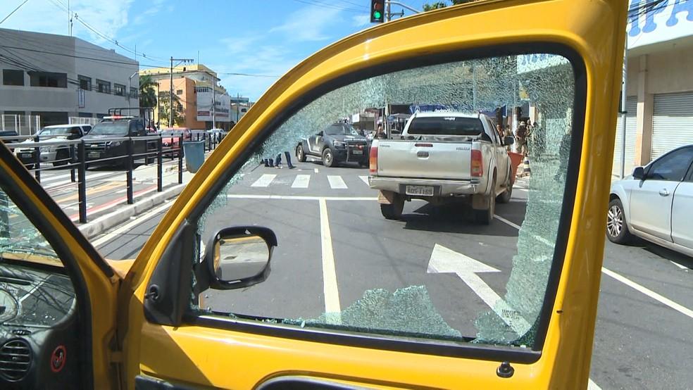 Carro depredado na Avenida Leitão da Silva, em Vitória — Foto: Reprodução/TV Gazeta