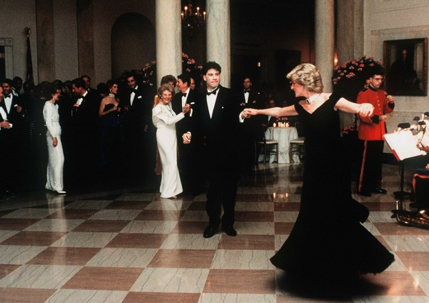 John Travolta twirls Princess Diana on the dance floor while at a White House banquet. Ronald and Nancy Reagan can be seen in the background. (Photo by © Pool Photograph/Corbis/Corbis via Getty Images) (Foto: Corbis via Getty Images)