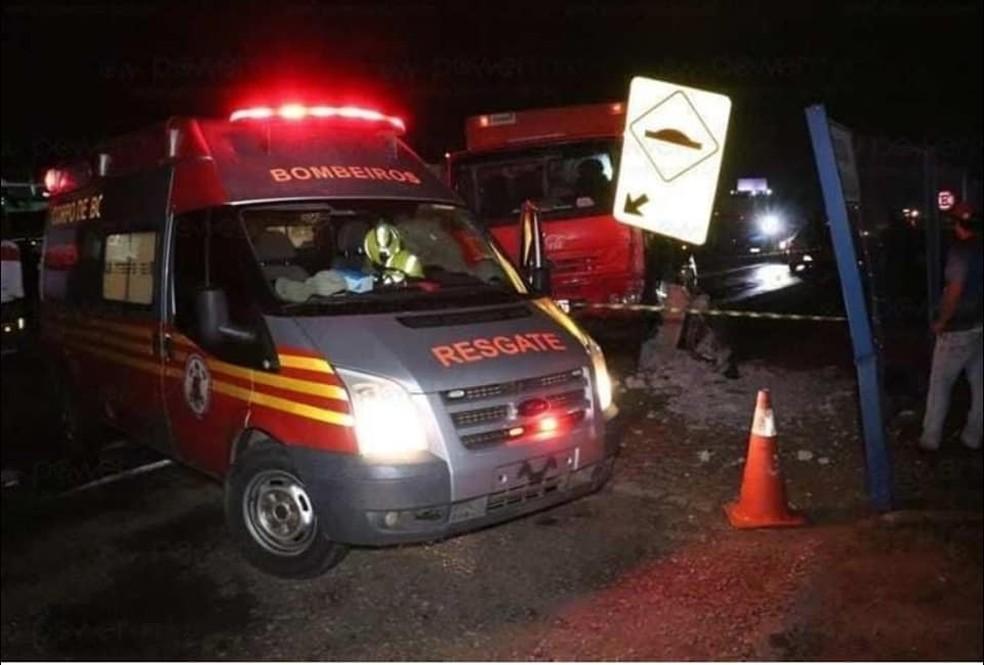 Um jovem morreu na noite dessa sexta-feira (11) ao ser esmagado por um poste após um acidente entre um carro e um caminhão em Nova Mutum — Foto: Power Mix