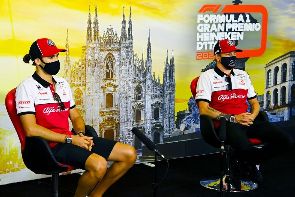 Antonio Giovinazzi e Kimi Raikkonen seguem juntos na Alfa Romeo ano que vem — Foto: Mark Sutton/Pool via Getty Images