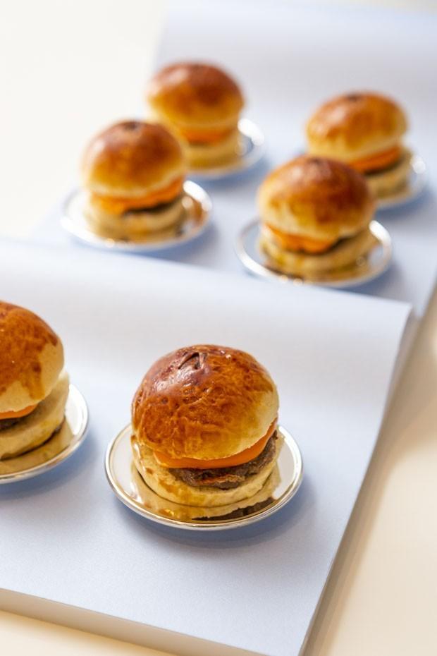 Mini-hambúrguer com cheddar no pão de brioche: veja como fazer em casa (Foto: Vamos Receber)