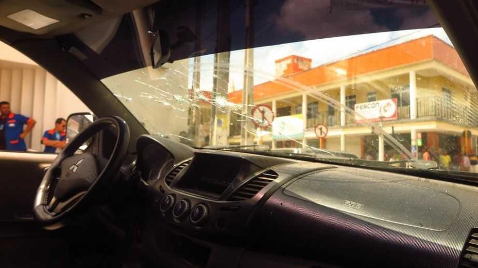 Carro em que vítima estava junto com criminosos foi atingido por diversos tiros em Milagres, no Ceará — Foto: Antônio Rodrigues/DN