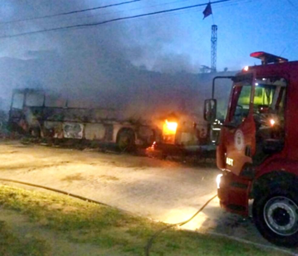 Veículo ficou destruído pelas chamas (Foto: Itapé Notícias)