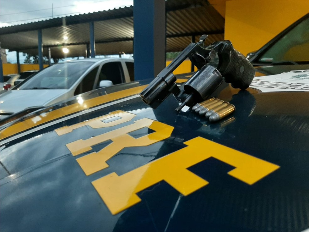 """Durante a """"fiscalização contra o crime"""" em Ourinhos (SP), os policiais prenderam ainda um homem com um revólver calibre 38  — Foto: Polícia Rodoviária Federal/ Divulgação"""