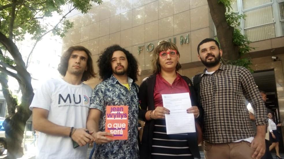 Ativistas da causa LGBT entraram na Justiça contra o prefeito do Rio, Marcelo Crivella — Foto: Cristina Boeckel/ G1