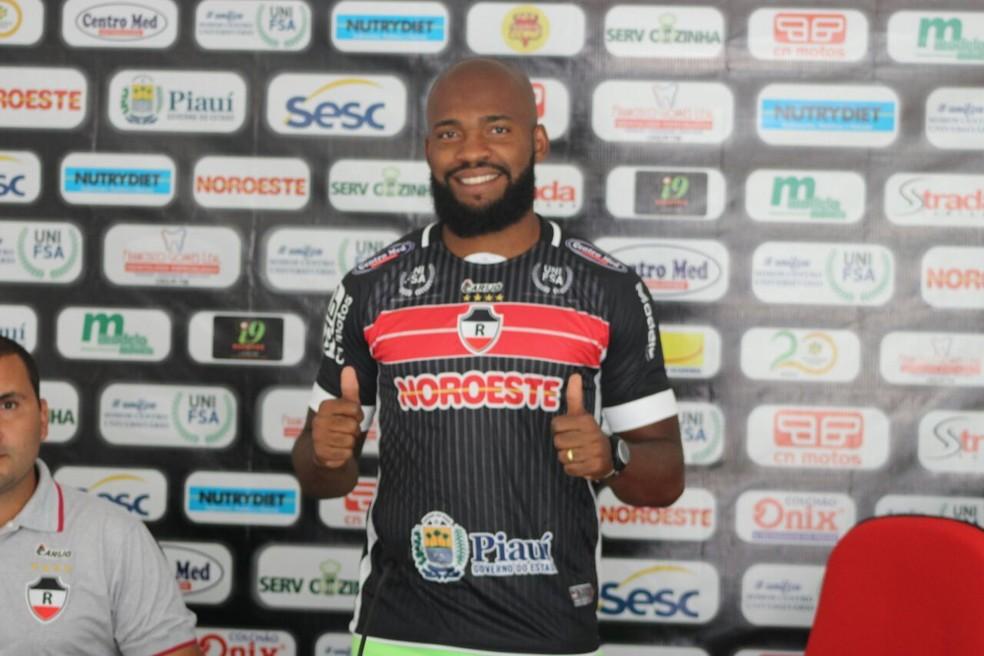 Thalles, novo atacante do River-PI  (Foto: Arthur Ribeiro/GloboEsporte.com)