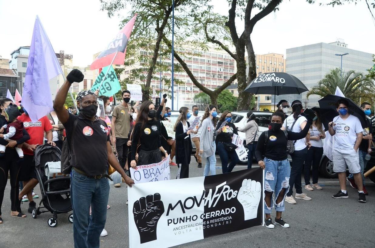 Manifestantes fazem atos contra o presidente Bolsonaro e a favor da vacina no Sul e Costa Verde do Rio
