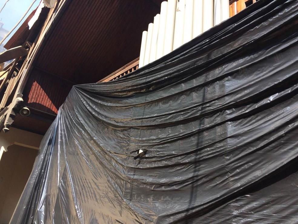 Danificado pelo desabamento, o órgão da Igreja Evangélica Luterana de São Paulo foi coberto por uma lona depois de ficar exposto ao sol devido ao telhado caído (Foto: Frederico Ludwig/Arquivo pessoal)