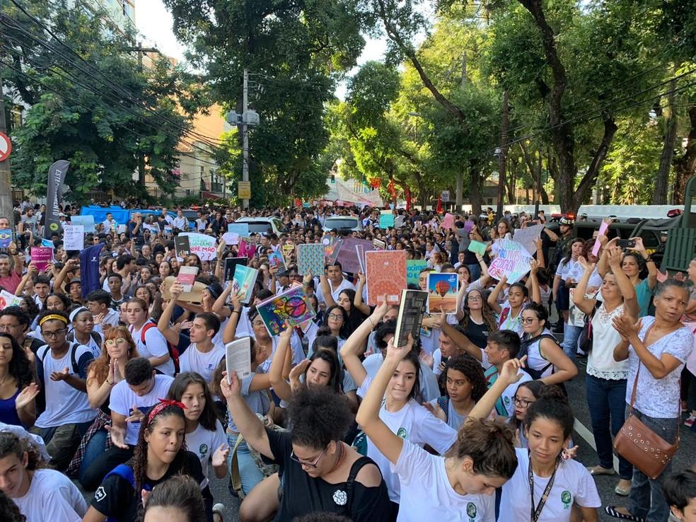 Alunos, pais e professores de institutos federais protestaram na manhã desta segunda (6) na Tijuca — Foto: Fernanda Rouvenat / G1