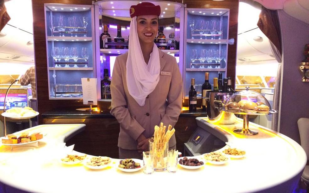 Lounge do A380 tem bar para os passageiros das classes executiva e primeira classe (Foto: Vivian Reis/G1)