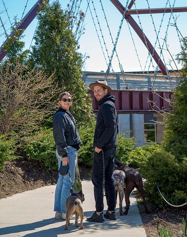 Lifestyle Chicago - A paisagista Jennifer Long e o fotógrafo Marc Moran com seus cães Buckshot, Rihanna e o companheiro Miles (Foto: Rogério Voltan)