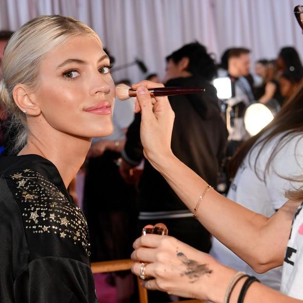 Devon Windsor exibe o glow da sua pele no backstage do Victoria's Secret Fashion Show (Foto: Getty Images)