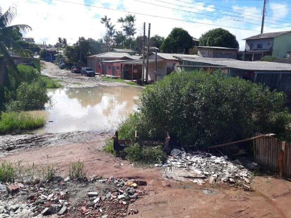 -  Buracos formam   39;cratera  39; em rua da Zona Norte de Macapá  Foto: Nelson Gomes/Arquivo Pessoal