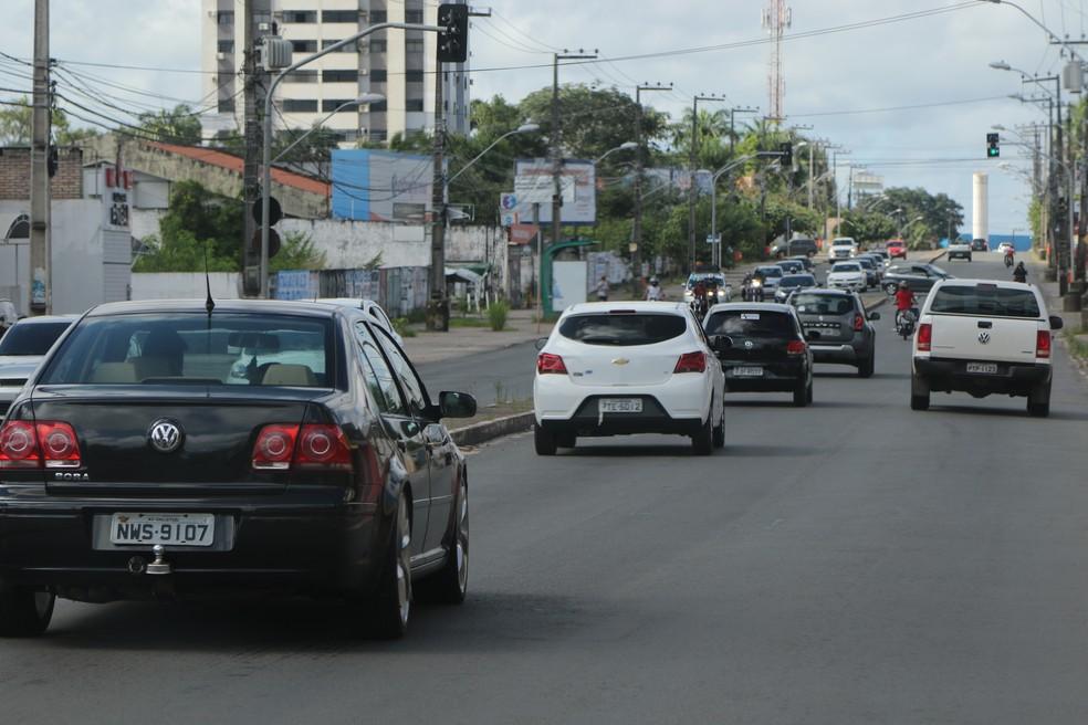 Na Avenida São Luís Rei de França, Turu, a movimentação de veículos foi maior nesta segunda-feira (18). — Foto: Adriano Soares / Grupo Mirante.