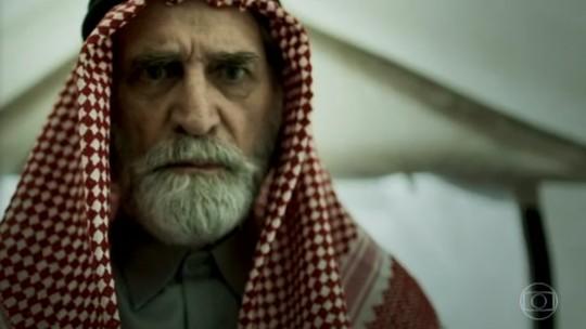 Aziz atira em Soraia e Hussein; reveja a cena