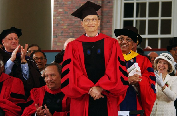 CAMBRIDGE, MA - JUNE 7:  Microsoft co-founder and Chairman Bill Gates receives applause during commencement ceremonies at Harvard University June 7, 2007 in Cambridge, Massachusetts. Gates, who enrolled at Harvard in a pre-law program in 1973 and left in  (Foto: Getty Images)