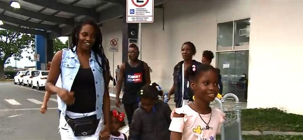 Whirllyne com a família no aeroporto — Foto: Reprodução/NSC TV