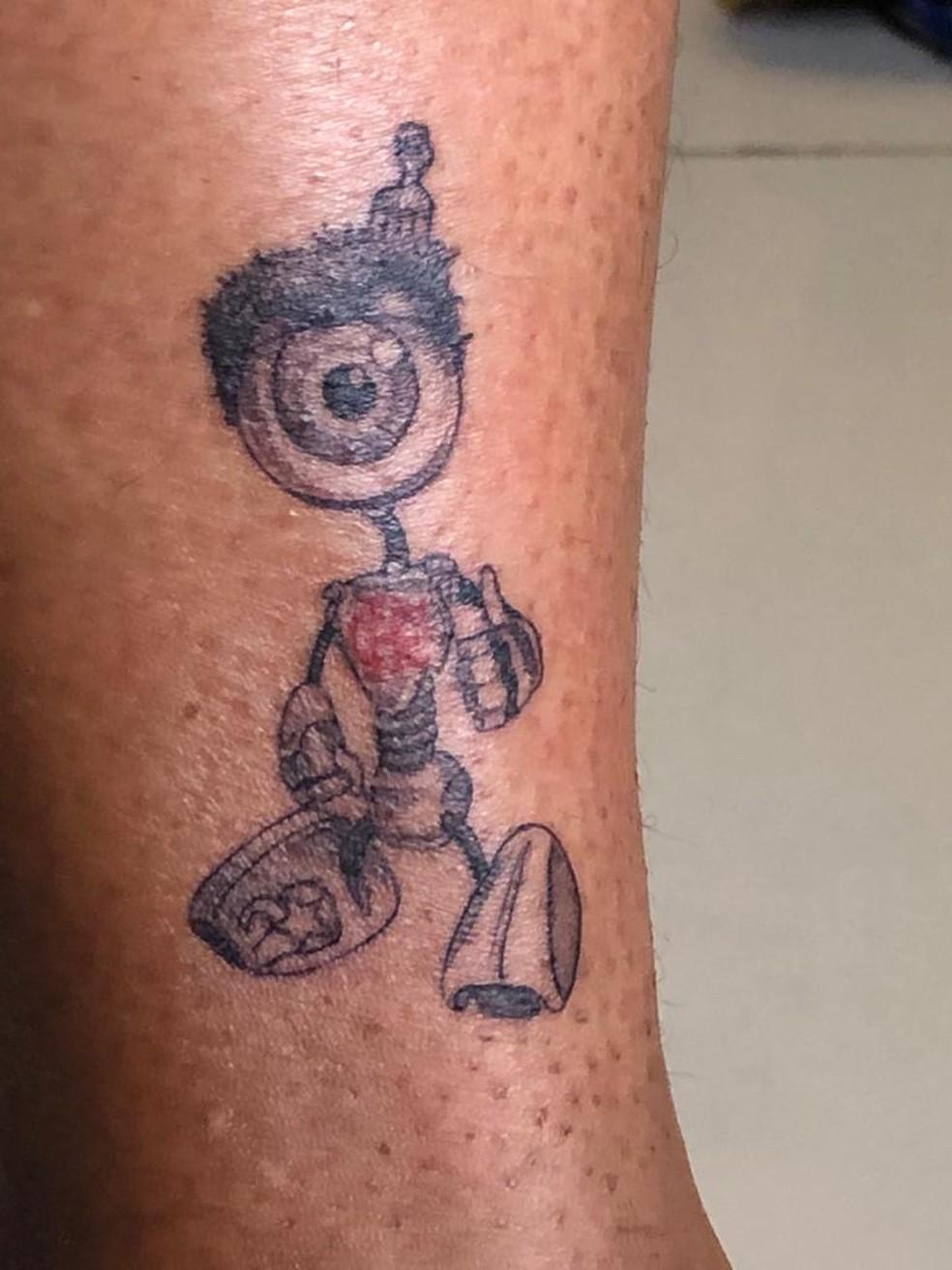 Babu tatuou na panturrilha um RoBBB de black power e garfo no cabelo, sua marca registrada no programa, e com o símbolo do Flamengo, seu time do coração — Foto: Arquivo pessoal