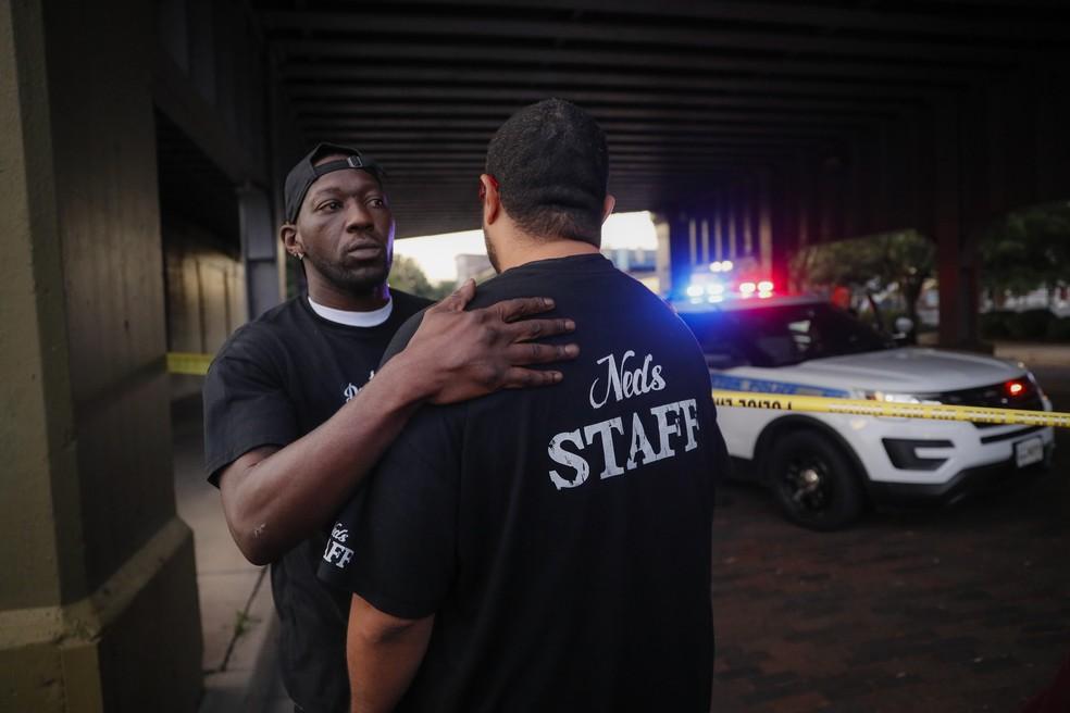 Testemunhas do ataque em Dayton se confortam com abraços — Foto: AP/John Minchillo