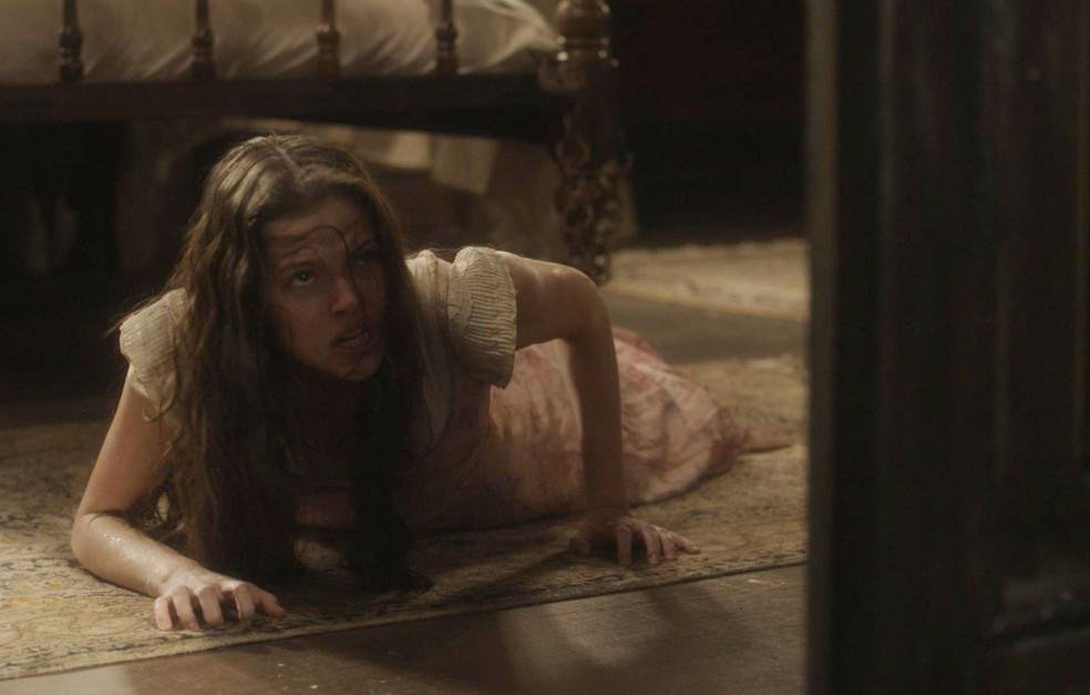 Felício (Bruce Gomlevsky) acorrenta Domitila (Agatha Moreira) na cama, em 'Novo Mundo' — Foto: TV Globo