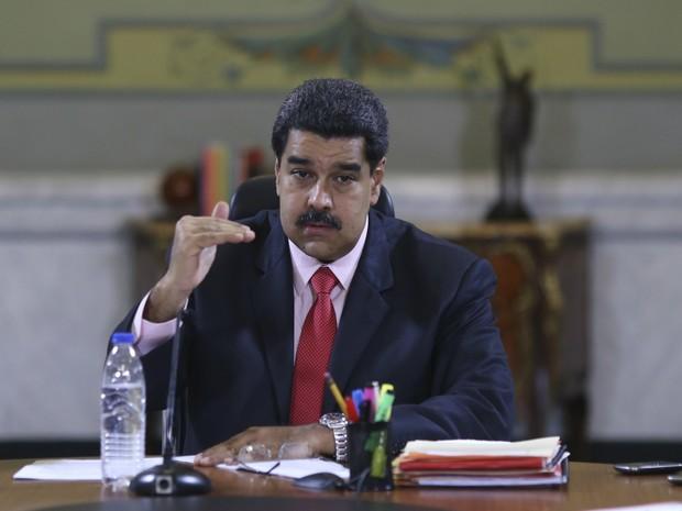 Maduro durante encontro com deputados do partido governista e ministros no Palácio de Miraflores, em Caracas, nesta sexta-feira (22) (Foto: Palácio de Miraflores/Handout via Reuters)