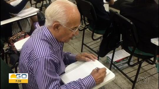 Após se formar em direito, aposentado de 80 anos ganha bolsa de estudos para prova da OAB