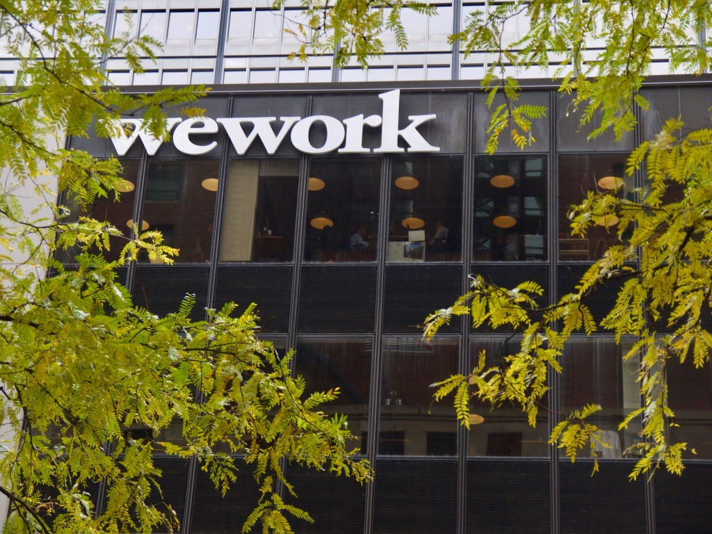 View of the exterior of the building at 100 South State Street occupied by the workspace sharing company WeWork in Chicago, Illinois, October 28, 2018. The WeWork logo is visible. (Photo by Interim Archives/Getty Images) (Foto: Getty Images)