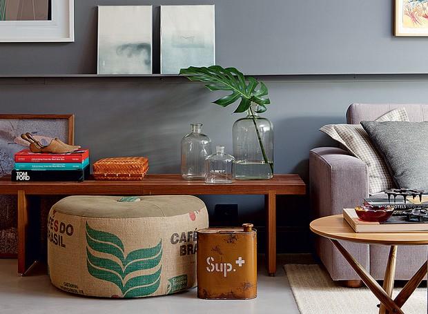 O pufe lembra as sacas de transporte de café e faz par com a lata de combustível antiga dando um ar inusitado à decoração do living (Foto: Marco Antonio/Editora Globo)