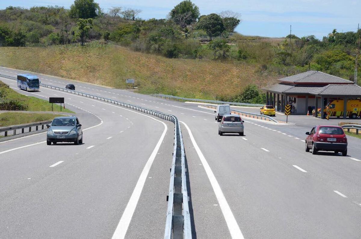 Quatorze mil veículos passaram pela Via Lagos, RJ, na manhã desta segunda