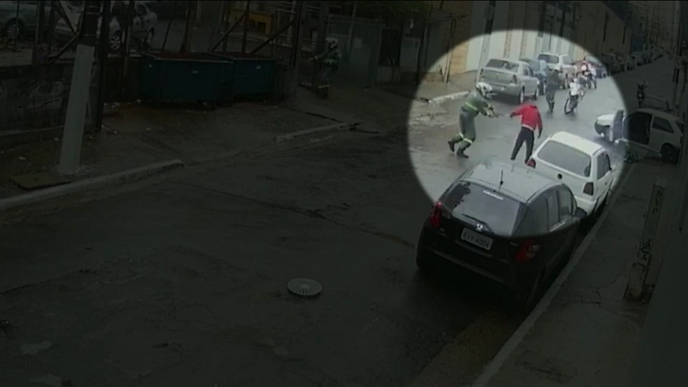 ... Suspeito já estava em posição de rendição quando foi atingido pelos  tiros (Foto  Reprodução dc2d4affa8f9f