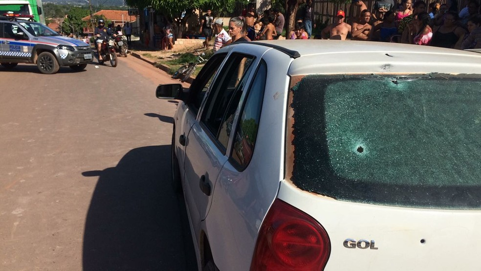 Veículo ficou com várias perfurações de bala após abordagem por dois homens em uma moto (Foto: Adonias Silva/G1)