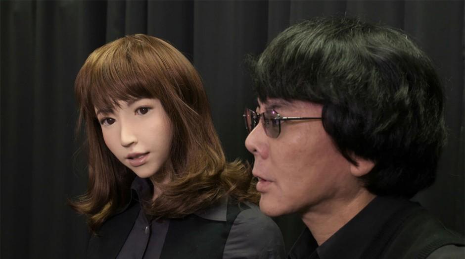 A robô Erica ao lado de seu criador, o empreendedor e pesquisador Hiroshi Ishiguro (Foto: Reprodução)