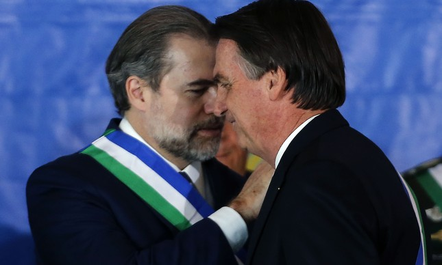 Dias Toffoli e Jair Bolsonaro em cerimônia militar no Clube Naval