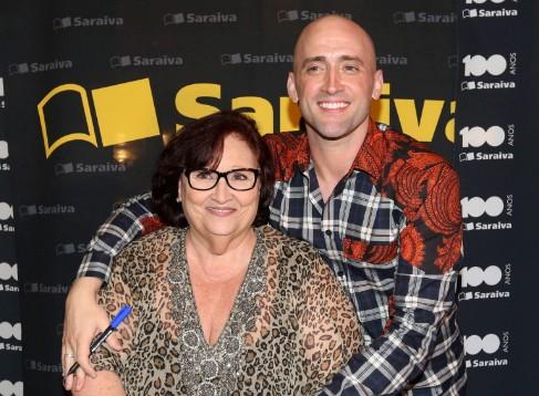 Paulo Gustavo com a mãe, Déa Lúcia, no lançamento do livro 'Minha mãe é uma peça', em 2015