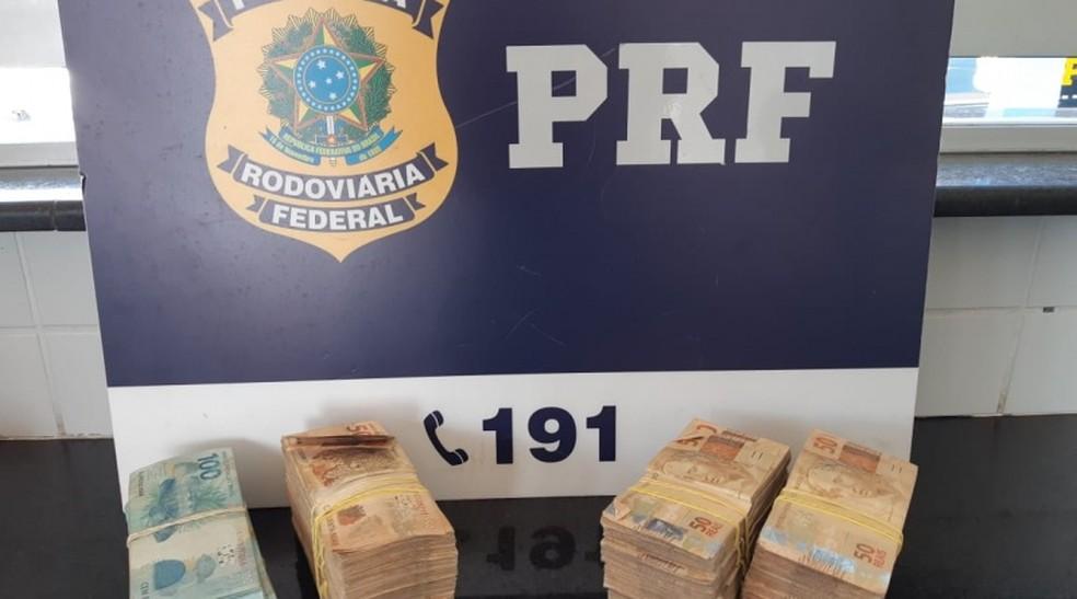 Advogado é levado para delegacia após ser flagrado com mais de R$ 100 mil sem comprovação de origem na Bahia. — Foto: PRF / Divulgação