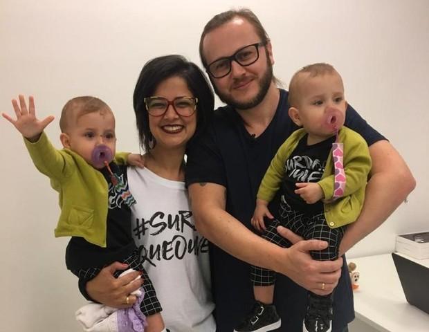 Luiza e Clara com os pais (Foto: Divulgação)