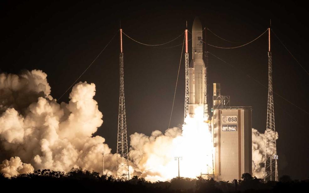 O foguete Ariane 5 decola em sua 100ª missão no espaço — Foto: Jody Amiet / AFP