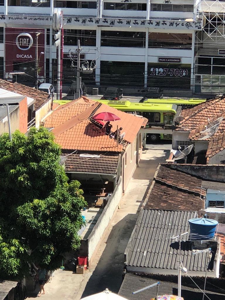 Trabalhadores usam guarda-sol, em Niterói