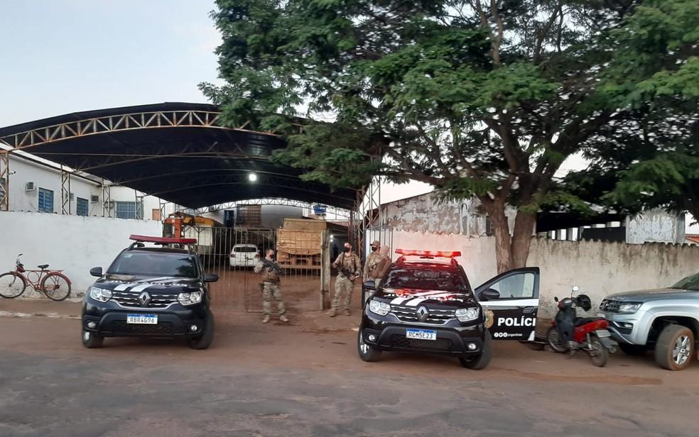 Operação investiga venda ilegal de madeira doada à Prefeitura de Rubiataba — Foto: Polícia Civil/Divulgação