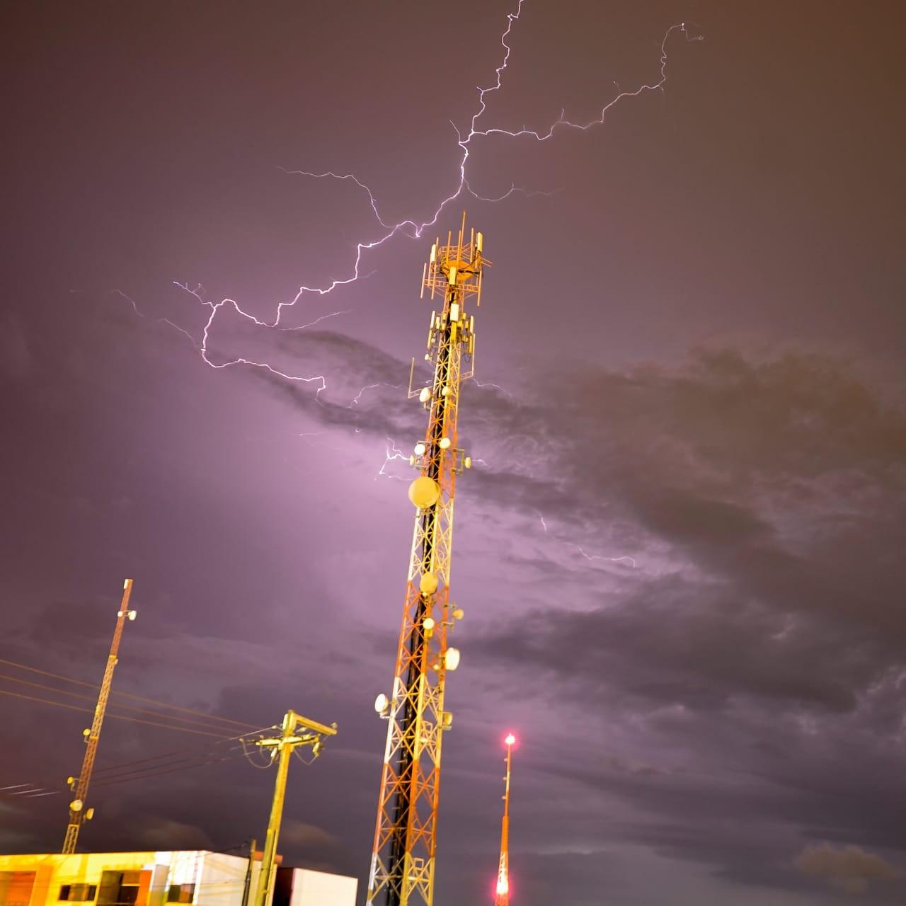 Raios, trovões e rajadas de vento são registrados durante chuva no Agreste; vídeo