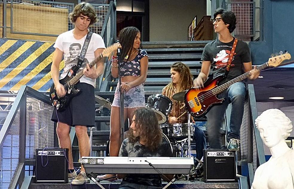 Banda do Pedro (Rafael Vitti) anima o minitorneio de Karina (Isabella Santoni) - 'Malhação Sonhos' — Foto: Globo
